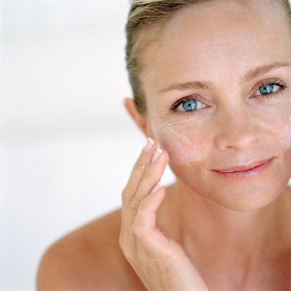 40'lı yaşlarda   40'lı yaşlarda cildinizi toparlamak ve gerginleştirmek üzere özel olarak üretilmiş ürünler kullanın.